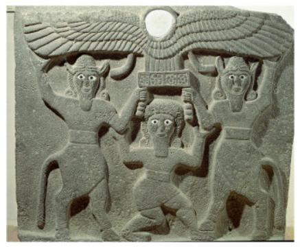 Gilgamesh entre dos hombres-toros sostieniendo un sol alado