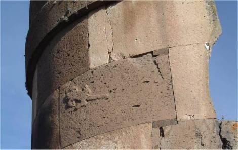 Torre del Lagarto, Chullpa (12m) en Sillustani, Peru con Lagarto tallado en sobrerelieve