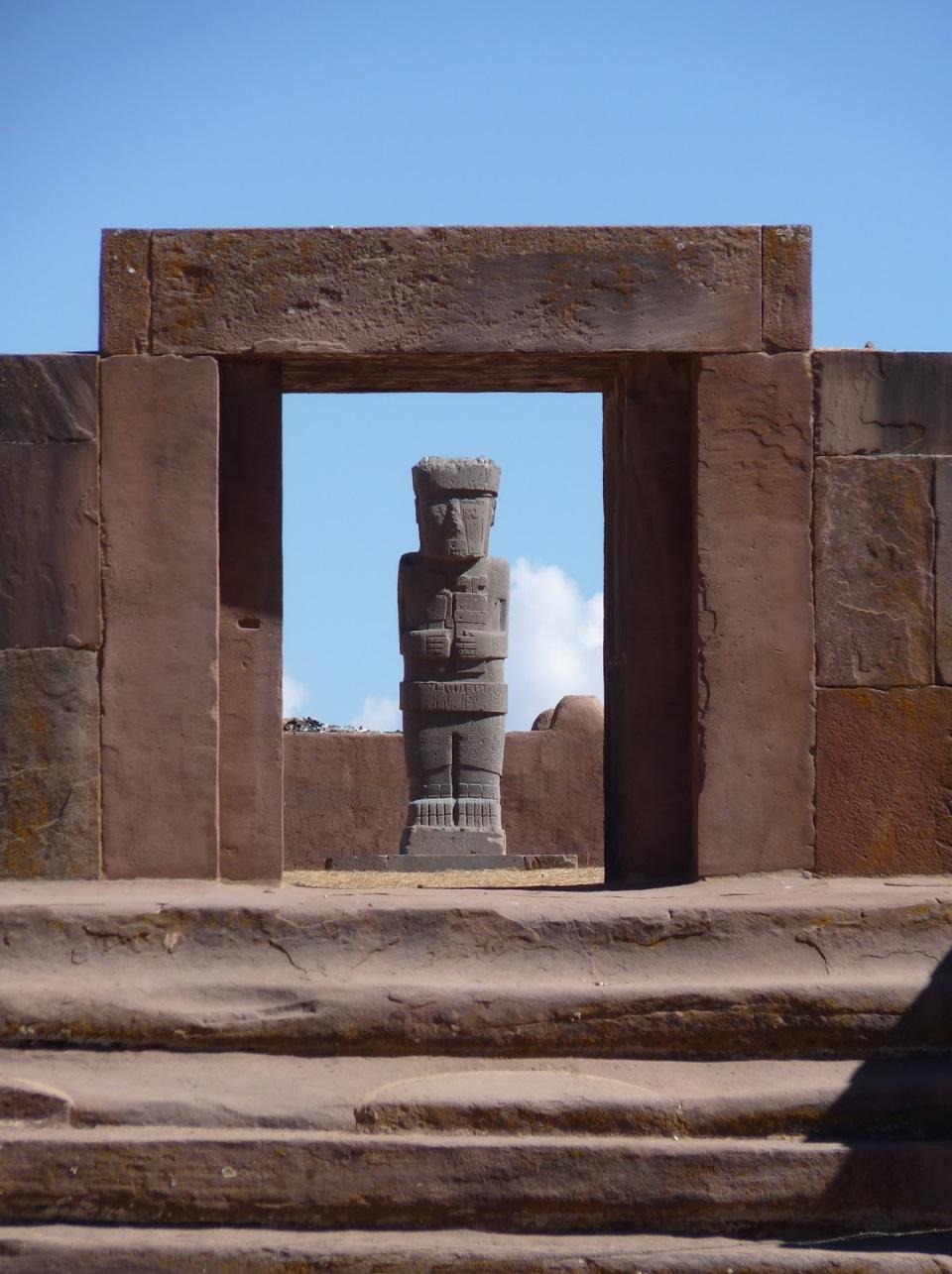 Puerta del templo Kalasasaya con el monolito Ponce de fondo