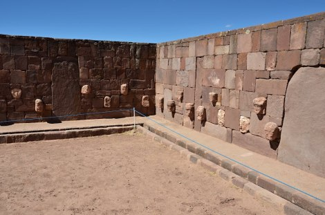 Templo subterraneo con detalle de cabezas humanas