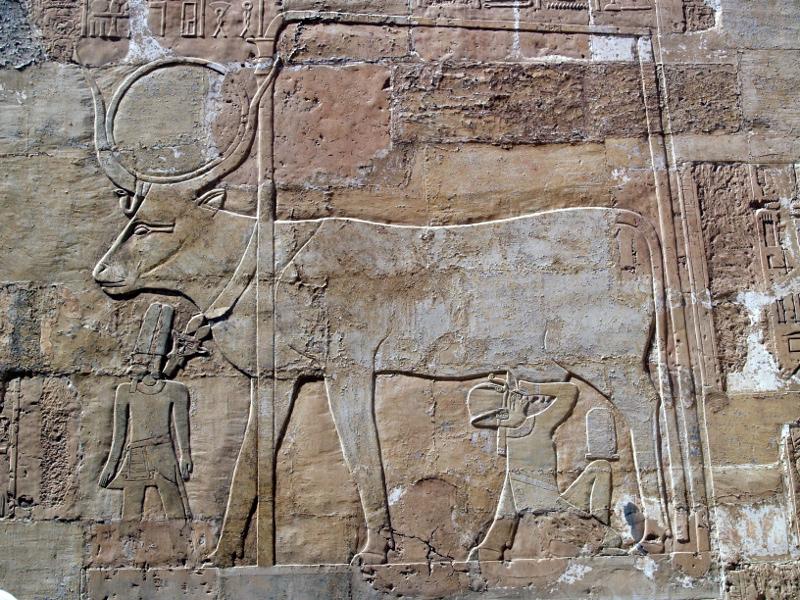 Representación de la diosa Hathor amamantando a la reina Hatshepsut. Templo de Hatshepsut en Deir el-Bahari.
