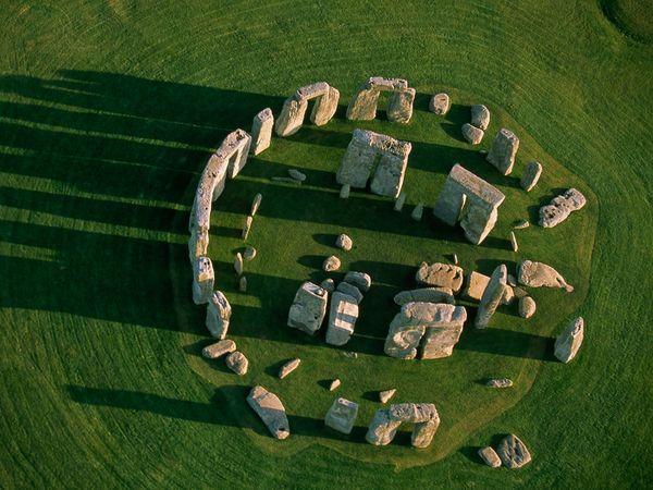 stonehenge above 24772 600x450 - DOLMENES, CROMLECH, TÚMULOS Y MENHIRES