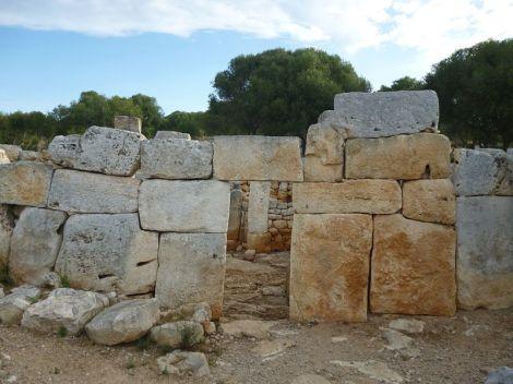 800px-Façana_del_Cercle_Carthaillac_a_Torre_d'en_Galmés_(Alaior,_Menorca)