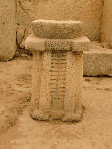 """Pedestal de altar con """"arbol de la vida"""" tallado"""