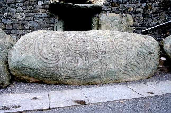 newgrange piedra de entrada - DOLMENES, CROMLECH, TÚMULOS Y MENHIRES