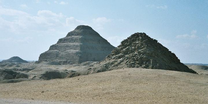 Pirámide de Unis (en el fondo la de Djoser, I dinastía)