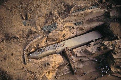 El obelisco inacabado de Asuán de 1.200 toneladas aprox.