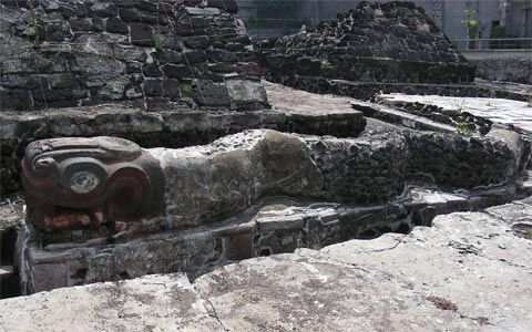 Serpiente en las ruinas del Templo Mayor Azteca de Tenochtitlán