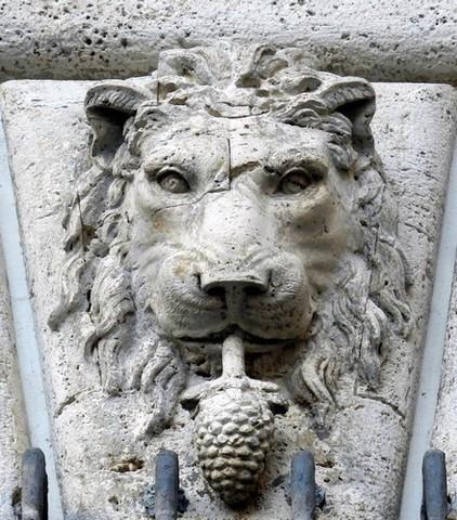 León con una piña en la boca (símbolo de la familia Onesti) en el palacio Braschi