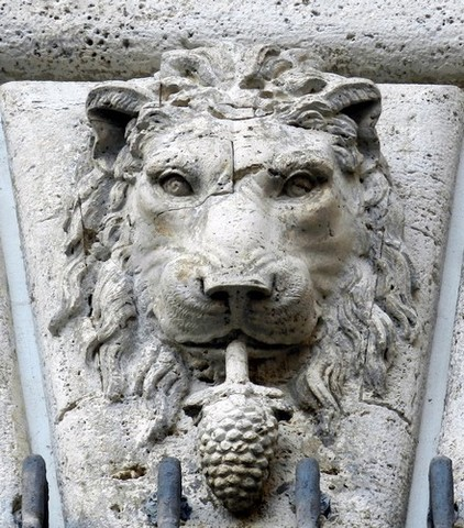 lec3b3n con una pic3b1a en la boca sc3admbolo de la familia onesti en el palacio braschi - EL VATICANO Y LA SIMBOLOGÍA PAGANA