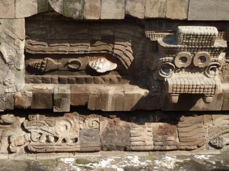 Relieves del templo de Quetzalcoatl