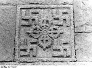 Lhasa, Hakenkreuz-Bildhauerei