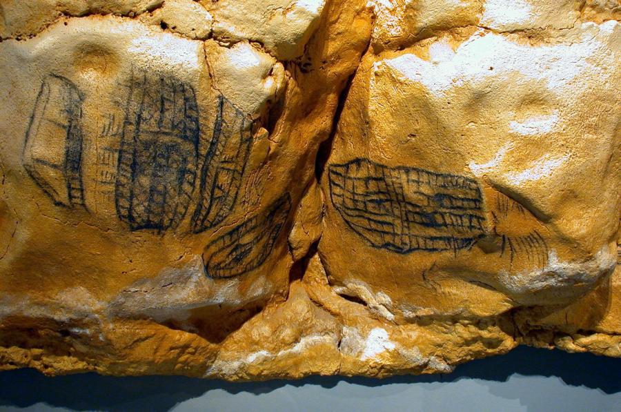 Signos tectiformes situados en la parte final de la cueva, en la Cola de Caballo. Su significado sigue siendo una incógnita. Algunos ven trampas o cercados.