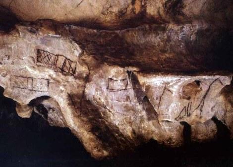Figuras dibujadas con contornos en Las Chimeneas