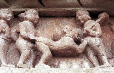 India. Khajuraho (Madhya Pradesh). Templo de Vishvanatha. Detalle de un peque–o friso, con esculturas er—ticas