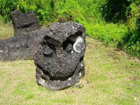 800px-Palauan_Stone_Face_at_Badrulchau_2